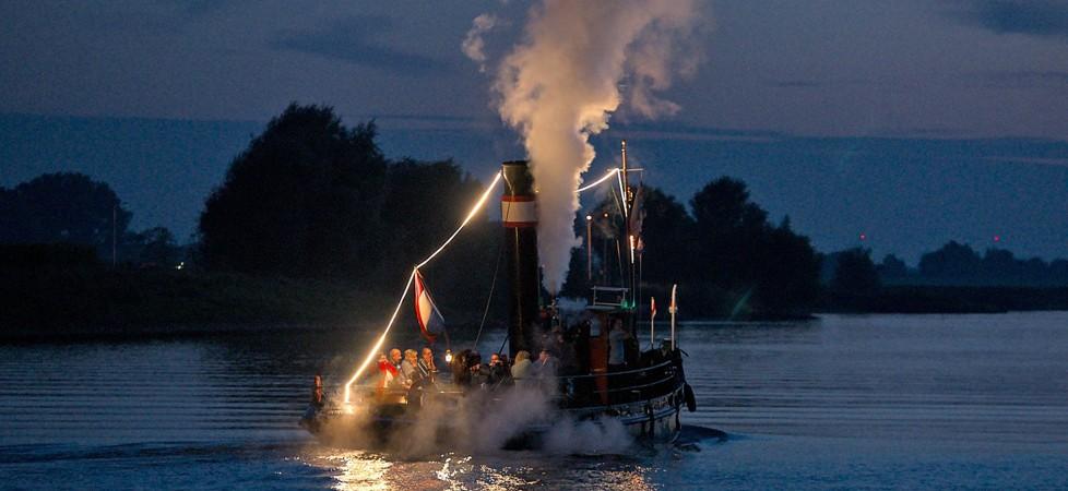 De avondvaart leverde weer prachtige plaatjes op en trok veel publiek. Foto ditiswijk.nl